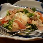 創作和食 くらしこ - 生ハムとトマトの温玉サラダ(680円)