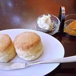 紅茶舗サウザンドリーフ - カルピスバターのスコーン 430円 (^^b いわゆるクリームティーをいただけるお店はとても少ないので、貴重ですw