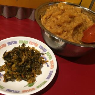 火の国文龍 総本店 - セルフで食べ放題の高菜と奥はニンニク醤油