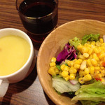36033198 - ランチのサラダ、スープ、黒烏龍茶は食べ放題