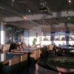 ステラビーチカフェ - 大きい水槽にたくさんの海水魚。大迫力のアクアリウム。