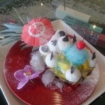 ステラビーチカフェ - ■南国ステラのふくまックマ  パイナップルの器の上に、ココナッツシャーベット仕立ての白クマ。フルーツとブルーハワイのかき氷でトッピング。 パイナップルの器の中にはバニラジェラートが入っています! ボリュームたっぷりなデザート。