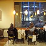 カフェ・ド・クリエ  - 日比谷通りに面したカウンター
