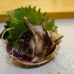 まとゐ鮨 - トリガイ。塩を軽くまぶして食べると甘みと旨みが引き立つ。さすがの一品。