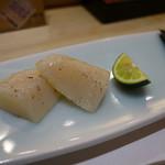 まとゐ鮨 - 平貝。こちらも軽く炙っての提供。そのまま、塩、わさび、どう食べても美味しいですよとの職人さんの説明。ごもっとも。