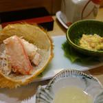 まとゐ鮨 - カニはきれいにほぐして、身と味噌をそれぞれいただく形。