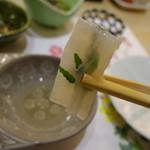 まとゐ鮨 - さゆりのお造り。木の芽を入れて巻いてあります。細かい仕事。塩とすだちでいただきます。