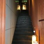 楽 - この階段を上がって行きます。