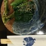 太郎寿司 - お通しのほうれん草のおひたし。魚のイラストがいい感じ。