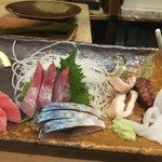 太郎寿司 - 刺し身の盛り合わせ。1回転目。