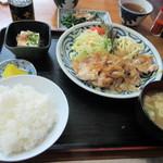 一膳めし 青木堂 - 暫く待つと注文した生姜焼きとご飯セットがテーブルに運ばれてきました。