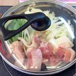 ふくふく食堂 - 鶏水炊き鍋定食(820円)