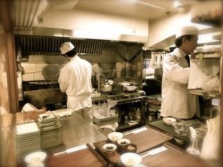 京粕漬 魚久  銀座店 - 【11】奥で粕漬けを焼いてはります。