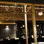 柿安 三尺三寸箸 - 店内・欄間に「箸」の意匠
