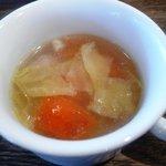 ベジキッチン やまつじ - キャベツと土付人参のチキンスープ