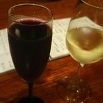 炭火焼鳥 徳川 - 泡の赤と白ワイン