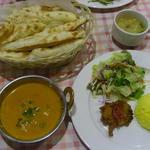 インドレストラン ガンジス - ちびつぬが注文したBランチ、 カレー1種、ベジタブルパコラ、サフランライス、ナン、サラダ。