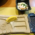 ぎんざ磯むら 横浜関内店 - ソースや塩などを乗せるお皿と温泉卵