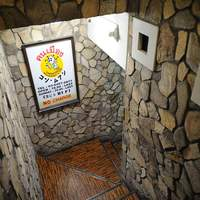 コン・ムアン - 黄色い看板が目印。階段を降りると入口です。