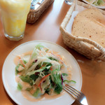 サプコタ - 新鮮で美味しい大根と人参とピーマンとレタスと紫キャベツが入ったサラダです♪