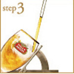 step3:45度にグラスを傾け、ビールを注ぎます