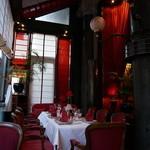 Restaurant Rote Bar - 内観写真:通り側の席