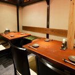 まごころ いし井 - テーブル席で、仲間と日本酒を。