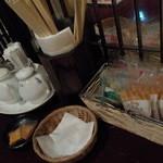 サンコウエンチャイナ・カフェ アンド ダイニング - 席にはドレッシングが常備