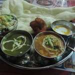 インド・アジアン料理 プルナ - 小川町ターリー(エビとほうれん草カレー、チキンカレー)