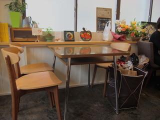 人形町 三日月座 - テーブル席