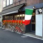 レストランausu - ausu(千駄ヶ谷):イタリア国旗はためく店構え