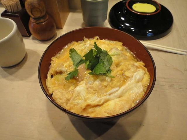 伊勢ろく 本店 - 早速その親子丼を頂くと、卵はやわふわで肉は旨みがあって美味しく 汁気が多い親子丼のため、サラサラとあっさり食すことができます。