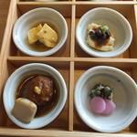 豆まる - 出汁巻鶏そぼろ餡・生湯葉に醤油豆・鶏つくねの京桜みそ煮込み・お漬物