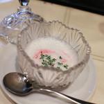 ユーロダイア - 北海道産新玉ねぎのスープ ビーツのアクセント カプチーノ仕立て☆
