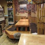 たいちゃんⅢ - 鉄板カウンター席の他に小上がり・テーブル席もあります。