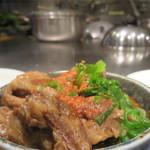 たいちゃんⅢ - すじ煮込み550円。 大振りカット・繊維がほぐれる肉・味甘め・脂多めでイイ♪