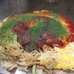 たいちゃんⅢ - 肉玉そば790円+野菜大盛100円。  キャベツが多すぎて、一体感には欠ける感じですが、 キャベツを世界一美味しく頂ける料理には違いありません(笑)。