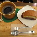 どんぐりの木 - 自分は穀物コーヒー(540円)黒糖マロンケーキ(300円)。セットで690円です。
