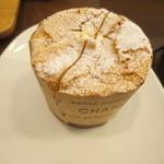 どんぐりの木 - 生クリーム入りカップケーキ(120円)もいただきました。二人で食べられる様にカットしてくれています。