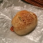 サルドゥバン - カウンターに置いてあった60円の小さなソーセージのパン