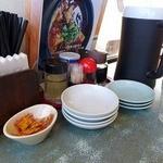 中華食酒処 さいらい亭 龍ヶ崎店 - テーブルの上には取り分け用の小皿がたくさん置かれている