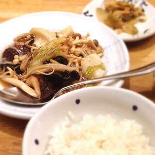 希須林 青山 - 日替わりランチ1080円 キノコとイカの山椒炒め
