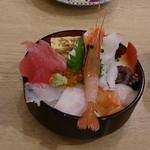 ながる - 海鮮丼中なのに  メニューの写真で海鮮丼中からウニが乗ってたので、頼んでみたら… 確かに季節でネタが変わるとは書いてあったが、ウニのあるなしは変えちゃダメだと思います!