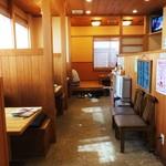 食堂 松月 - 入口付近から奥の座敷席に向けた店内の様子です。