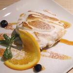 VINORIO - ズッパイングレーゼでございます。白いのはフルーツとスポンジを交代々々に重ねてメレンゲで覆っているケーキです。