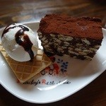 36136569 - 1コインスイーツ本日は「ビスケットのチョコケーキ」