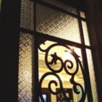 モンシュシュ ウィズ トラベルカフェ - 店内サロンの入り口は重厚でおしゃれな扉です。
