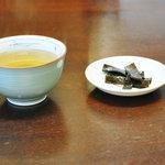 そば屋 五兵衛 - お茶と昆布の佃煮