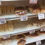 コミネベーカリーパン工房こみね - 店の左側は惣菜パンが並ぶ