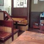 長寿庵 - テーブル席のみの店内(2015年3月21日撮影)